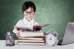 Libri sorridere e di lettura del principiante nella classe Immagine Stock