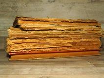 Libri stracciati molto vecchi sul fondo rustico d'annata di legno di stile fotografia stock libera da diritti