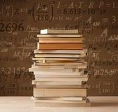 Libri su fondo d'annata con le formule di per la matematica Fotografia Stock