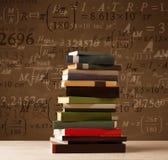 Libri su fondo d'annata con le formule di per la matematica Fotografia Stock Libera da Diritti