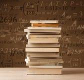 Libri su fondo d'annata con le formule di per la matematica Immagine Stock Libera da Diritti