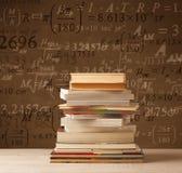 Libri su fondo d'annata con le formule di per la matematica Immagini Stock Libere da Diritti