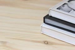 3 libri su fondo di legno fotografia stock