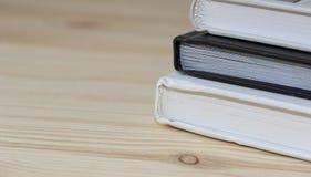 3 libri su fondo di legno immagini stock libere da diritti