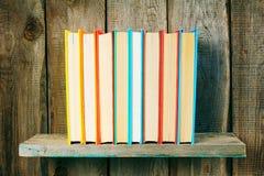 Libri su uno scaffale di legno Immagine Stock Libera da Diritti