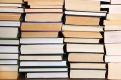 Libri su uno scaffale per libri Fotografia Stock Libera da Diritti