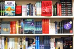Libri sugli scaffali in libreria Fotografia Stock
