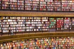 Libri sugli scaffali per libri in una libreria fotografia stock libera da diritti