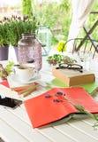 Libri sul terrazzo del giardino - rilassamento e lettura fotografia stock libera da diritti
