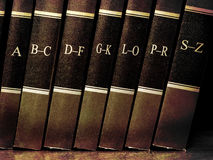 Libri sulla mensola con l'alfabeto Fotografie Stock Libere da Diritti