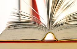 Libri sulla tabella delle biblioteche Fotografie Stock Libere da Diritti