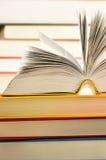 Libri sulla tabella delle biblioteche Immagine Stock Libera da Diritti