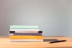 Libri sulla tabella Nessun etichette, spina dorsale in bianco e matita Immagine Stock