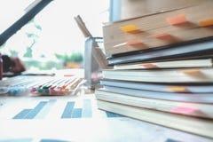Libri sulla tavola Istruzione, imparare e fondo accademico concentrati immagini stock libere da diritti