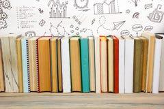 Libri sullo scaffale di legno dello scrittorio della tavola di lerciume in biblioteca Di nuovo al fondo della scuola con lo spazi Immagini Stock