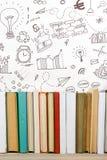 Libri sullo scaffale di legno dello scrittorio della tavola di lerciume in biblioteca Di nuovo al fondo della scuola con lo spazi Fotografia Stock Libera da Diritti