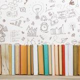 Libri sullo scaffale di legno dello scrittorio della tavola di lerciume in biblioteca Di nuovo al fondo della scuola con lo spazi Fotografia Stock