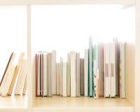 Libri sullo scaffale per libri Immagine Stock