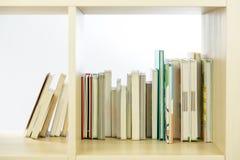Libri sullo scaffale per libri Immagini Stock Libere da Diritti