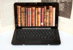 Libri sullo schermo del computer portatile Immagine Stock Libera da Diritti