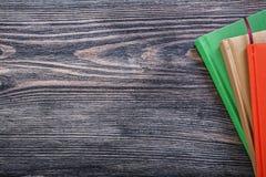 Libri tascabili sul concetto d'annata dell'ufficio del bordo di legno Immagine Stock Libera da Diritti