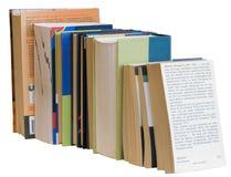 Libri variopinti del mucchio orizzontale isolati su bianco Fotografia Stock