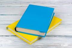 Libri variopinti sulla tavola di legno bianca Copi lo spazio per testo Di nuovo al banco Immagine Stock