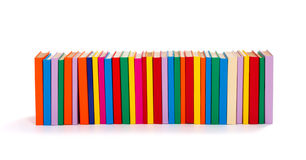 Libri variopinti in una fila Immagine Stock