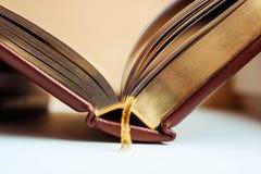 Libro abierto con las páginas y la señal de oro del oro Educativo y concepto de los libros de lectura imagenes de archivo