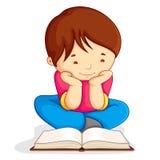 Libro abierto de la lectura del muchacho Fotografía de archivo