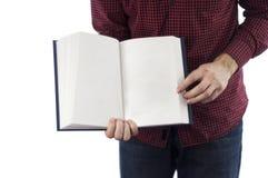 Libro abierto de la tenencia del hombre aislado en blanco Fotos de archivo libres de regalías