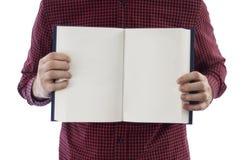 Libro abierto de la tenencia del hombre aislado en blanco Fotos de archivo