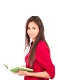 Libro abierto de la tenencia latina joven de la muchacha Fotografía de archivo