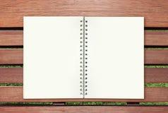 Libro abierto en la madera Imagenes de archivo