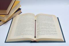 Libro abierto en la tabla Fotografía de archivo