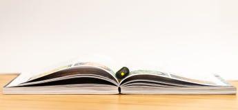 Libro abierto escritorio Aislado blanco marker imagenes de archivo