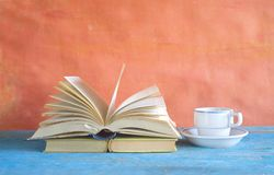 Libro abierto, taza de café en fondo sucio Lectura, educat imagen de archivo libre de regalías