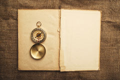 Libro abierto viejo con el compás Fotos de archivo libres de regalías