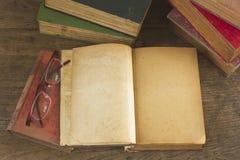 Libro abierto viejo con las paginaciones en blanco foto de archivo
