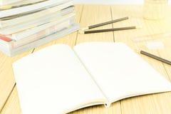 Libro abierto y listo para escribir un mensaje Foto de archivo