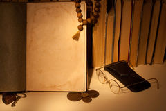 Libro antico con le vecchie monete russe Fotografie Stock