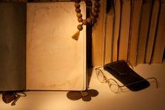 Libro antiguo con las monedas rusas viejas Fotos de archivo