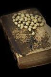 Libro antiguo con los granos de rezo Fotografía de archivo libre de regalías