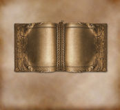 Libro antiguo viejo con las paginaciones del oro imagen de archivo libre de regalías