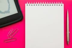 Libro aperto in bianco bianco del blocco note sul fondo di concetto con gli articoli per ufficio immagine stock libera da diritti