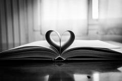 Libro aperto con cuore Fotografia Stock Libera da Diritti