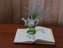 Libro aperto con i fiori di myosotis Fotografia Stock Libera da Diritti