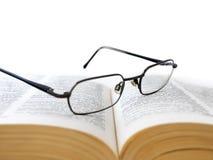 Libro aperto con i vetri Immagine Stock