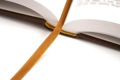 Libro aperto con il segnalibro dorato Fotografia Stock Libera da Diritti
