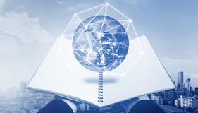 Libro aperto con l'ologramma del globo Istruzione, tecnologia di conoscenza e e-learning, concetto del libro elettronico Gli elem Immagini Stock